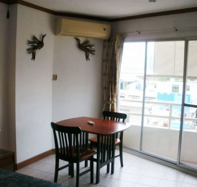 Room rental in View Talay 1 with table and chairs